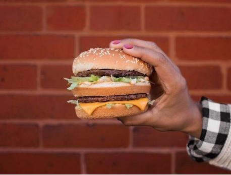 Творческа фотография на храна и създаването на наистина зашеметяващо рекламно изображение изискват конкретен подход, няколко трика и усъвършенствана техника за постигане на правдоподобен резултат. Но някога правило ли ви е впечатление как изглеждат снимките на храната, която купувате и това, което получавате в действителност? Да вземем за пример апетитните бургери.  Рекламните билбордове, менюта и постове в социалните мрежи на МакДоналдс, БъргърКинг, Събуей и всички подобни са пълни с изкушаващи изображения на бургери, които могат да ви накарат почти мигновено да потърсите най- близкото място, откъде да се сдобиете с тях. Повечето пъти обаче, видът от снимките няма нищо общо с реалния бургер пред очите ви. Достатъчно беше да се поровим в Интернет, където има толкова показателни примери за това.  Примамливият Биг Мак със сусамено хлебче, с две парчета телешко месо, прясна зелена салата, сирене Чедър, резенчета кисела краставичка и лук в страницата на МакДоналдс във фейсбук наистина може да те накара да преглъщаш.  McDonald's/ Facebook  Но веднага след него се отправяме в реалността с Биг Макът на Джон, който е постнал снимка във Фликър.  McDonald's Jhon/Flickr Да, определено всички съставки са налице, но не бихме казали, че видът му е онзи, който всъщност е примамил Джон. Браузвайки, попадаме и на съблазнителен, колоритен сандвич – предложение от Събуей.  Subway/Facebook Действителността, споделена от друг потребител в Интернет обаче е друга.   Subway sandwich. Sarah Schmalbruch _ INSIDER Защо се получава така? Обяснението е семпло. От рекламните снимки се очаква да изглеждат перфектно. За да продават, веригите за бързо хранене използват конкретни похвати и техники, при реализиране на техните снимки на бургери, докато в магазините просто следват схемата и подреждат компонентите.   Как да накарате храната, която снимате да изглежда по-естествена?   Правенето на достатъчно добри снимки на каквато и да е храна, не се получава единствено с насочване на обектива на камера