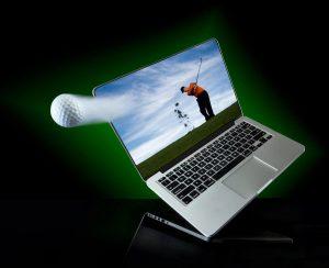 Живеем в свят, където електронните устройства са повсеместно разпространени. Когато трябва да работим в офиса или у дома, да пазаруваме онлайн или да разпускаме играейки компютърни игри, таблетът, лаптопът и настолният компютър са обичайните средства, които могат да ни улеснят и осигурят нужното удобство за това. Но как стои въпросът, когато трябва да изберем какъв компютърен хардуер да закупим? Ако в миналото потребителите бяха ограничени при избора на компютърни устройства, то днес те могат да пазаруват онлайн, директно от мястото където се намират. За да бъдат забелязани, конкурентоспособни и да привличат потребители онлайн, производителите и водещите брандове в тази сфера се нуждаят от достатъчно добро визуално съдържание. Когато купуваме компютър, всички ние имаме различни изисквания и възможности за закупуване и затова продуктовите изображения трябва да бъдат добре обмислени и насочващи вниманието на потребителската аудитория. Важно е да отбележим, че презентирането на преносими и настолни компютри, периферни устройства, компоненти и аксесоари не е толкова лесно в сравнение с други стоки, като например дрехи или бижута. В тази сфера, с продуктовите изображения се акцентира предимно на дизайна, на някои външни характеристики и елементи, отколкото на техните спецификациите. И все пак продуктовата фотография на компютри е по- важна за брандовете в това направление повече от всякога. Рекламно изображение на лаптоп от известния продуктов и търговски фотограф Алекс Колосков Когато говорим за продуктова фотография на компютри и периферни компютърни устройства, трябва да имаме предвид, че не всички стилове биха били подходящи. Това произхожда от факта, че продуктите варират от малки части, като вентилатори, видеокарти до по-обемни такива, като настолни компютри, лаптопи, монитори, принтери - всички с различни габарити и специфични характеристики. Колко и какви снимки са необходими? Основното направление на продуктовата фотография при компютрите е насочено към презенти
